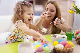 Станаха рано децата, да боядисват яйцата!
