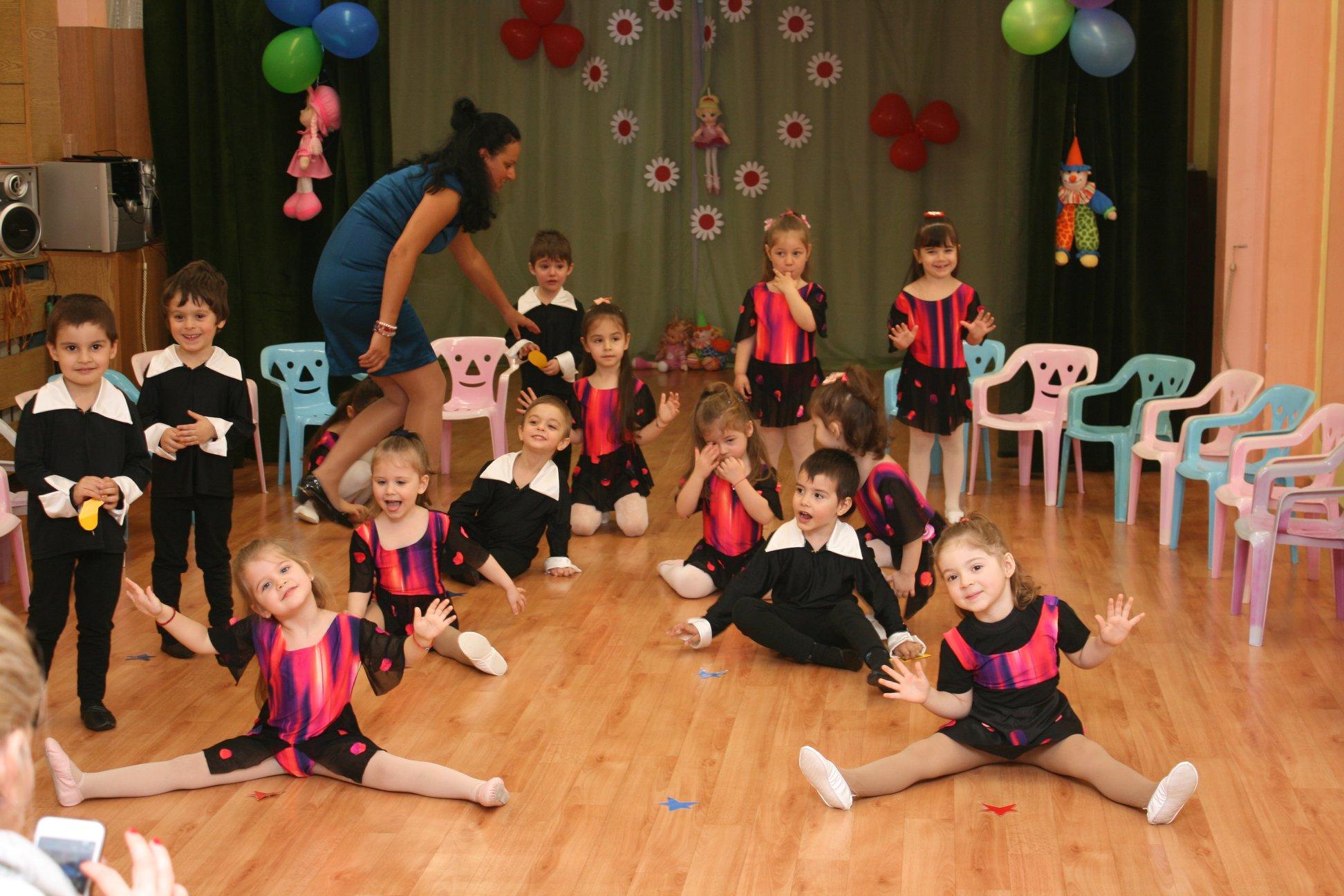 """Открит урок по танци на I- ва  група """"Пчеличка"""" на тема: """"В света на куклите"""""""