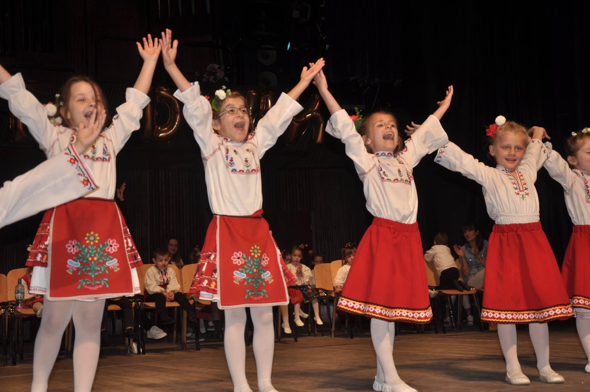 """Участие на децата от ДГ № 34 """"Лястовичка"""" в благотворителен концерт """"За вярата - без думи"""""""