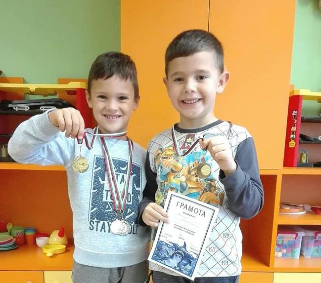 Наши възпитаници с медали от участие в състезание по плуване