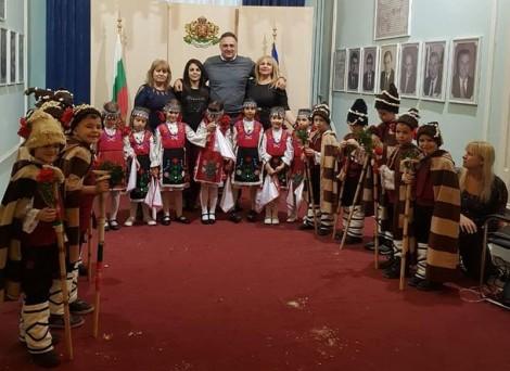 """Областният управител на Варна посрещна малките коледарчета от ДГ №34""""Лястовичка"""""""